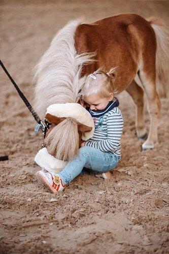 Kind-kuschelt-mit-Pony